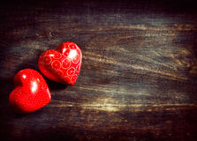 Valentinhjärtor över trä Arkivbilder