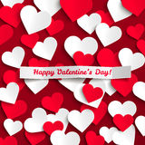 Valentinillustration, pappers- hjärtor på röd bakgrund, hälsningkort Royaltyfri Bild