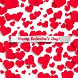 Valentinillustration, röda pappers- hjärtor på vit bakgrund, hälsningkort Arkivbild