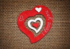 Valentinkort med hjärtor på säckväv Royaltyfri Bild