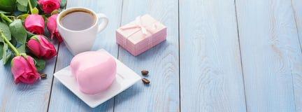 Valentins dag med hjärta formade moussekakor, kaffe, gåvaask arkivbild