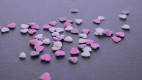 Valentins daghjärta formade godisen som faller och studsar lager videofilmer