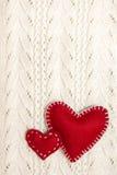 Valentinsgrüße auf gestrickter Beschaffenheit Stockbild