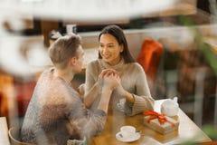 Valentinsgrüße im Café Stockbilder