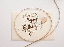 Valentinsgrüße kardieren mit hölzernem Herz und Text alles Gute zum Geburtstag Kalligraphiebeschriftung Lizenzfreie Stockfotografie