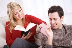 Valentinsgrüße: Mann übergibt Valentine To Girlfriend Stockbild