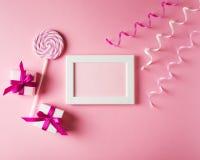 Valentinsgrüße und Glückwunschkarte mit Geschenk, Lutscher und Plakat an Stockbild