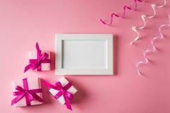 Valentinsgrüße und Glückwunschkarte mit Geschenk und Plakat auf rosa backgr Lizenzfreie Stockfotos