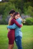 Valentinsgrüße verbinden mit Geschenk von Blumen, stockfotografie