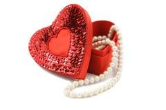Valentinsgruß-Kasten u. Perlen auf Weiß lizenzfreie stockfotos