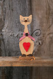 Valentinsgruß-Liebes-hölzerne Cat Shape With Red Heart-Dekoration Stockfoto