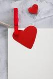 Valentinsgruß, Liebeshintergrund mit Papier und Herzen auf einem Seil Lizenzfreies Stockfoto