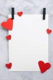 Valentinsgruß, Liebeshintergrund mit Papier und Herzen auf einem Seil Stockfotos