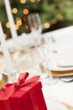 Valentinsgruß-oder Weihnachtsgeschenk-elegantes Gedeck am formalen Tisch Lizenzfreies Stockbild