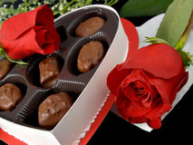 Valentinsgruß-Süßigkeiten u. Rosen lizenzfreie stockfotografie