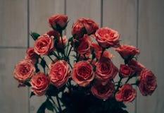 Valentinsgruß ` s Herzen hangin auf hölzernem weißem Hintergrund der natürlichen Schnur Retro- Art Stockfotos