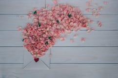 Valentinsgruß `s Tag Blumen und Liebesbrief auf hölzernem Hintergrund Retro- Art Stockbild