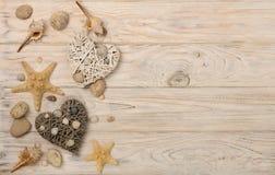 Valentinsgruß `s Tag Dekoratives Herz in einer Marineart vom seashel lizenzfreie stockbilder