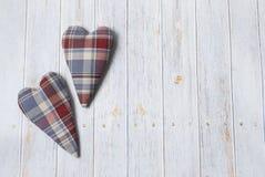 Valentinsgruß `s Tag Für Grußkarten Handgemachtes kariertes Herz des Gewebes auf einem Holztisch lizenzfreies stockfoto