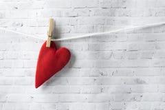 Valentinsgruß `s Tag Für Grußkarten Handgemachtes rotes Herz wiegt auf einem Seil mit einer Wäscheklammer stockfotos