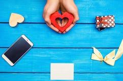 Valentinsgruß ` s Tag, Feiertag, Herz, Geschenk, Weißbuch, Bogen auf einem Blauen stockbilder