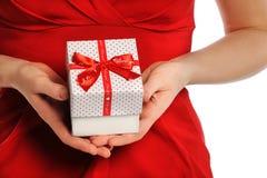 Valentinsgruß \ 's-Tag: Geben des Geschenks mit rotem Farbband Stockbilder