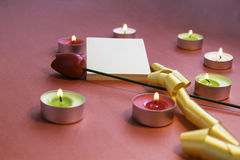 Valentinsgruß `s Tag Geformte Kerzen des Herzens mit Aufklebern und Blume Stockbild