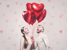 Valentinsgruß `s Tag Glückliche frohe Paare Porträt des lächelnden Schönheits-Mädchens und ihres hübschen Freundes stockfoto