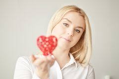 Valentinsgruß ` s Tag, Herz in der Hand, ein junges schönes Mädchen Stockfoto