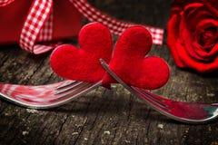Valentinsgruß ` s Tag, Herzen auf Gabeln, bevor rosafarben und Geschenk Stockfotografie