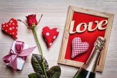 Valentinsgruß ` s Tag, Postkarte, Herzen, Rosen, dekorativer Rahmen, Geschenk Stockbild