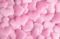Valentinsgruß `s Tag Rosa Herzformhintergrund Abstrakter Feiertag Valentinsgrußhintergrund mit rosa Satinherzen Zu küssen Mann un stockbild