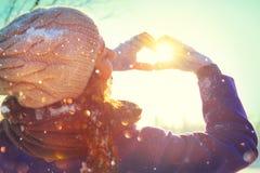 Valentinsgruß `s Tag Schönheit frohes jugendliches vorbildliches Girl, das Spaß im Winterpark hat stockfotografie