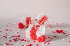 Valentinsgruß ` s Tagesgeschenkboxen mit Geschenken und Dekorationen Auf rosa Hintergrund lizenzfreies stockfoto