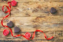 Valentinsgruß ` s Tagesgrußkarte, Milchschokolade-Herzform, stieg Lizenzfreie Stockbilder