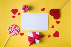 Valentinsgruß ` s Tagesheller gelber Hintergrund, Grußkartenkonzept, Lizenzfreies Stockfoto