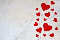 Valentinsgruß ` s Tageshintergrund mit handgemachten Filzherzen Valentinsgruß, romantisch, Liebeskonzept Glückliches Liebhabertag lizenzfreie stockfotografie