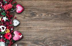 Valentinsgruß ` s Tageshintergrund mit themenorientierten Elementen der Liebe mögen Baumwoll- und Papierherzen stockbilder