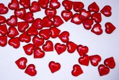 Valentinsgruß ` s Tageshintergrund, rote transparente Herzen, Stockfotos