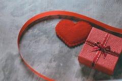 Valentinsgruß ` s Tageshintergrund, rotes Herz mit roter Weißrose, Band Stockbilder
