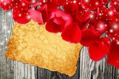 Valentinsgruß ` s Tageskarte mit dem rosafarbenen Blumenblatt Lizenzfreies Stockfoto