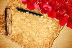 Valentinsgruß ` s Tageskarte mit dem rosafarbenen Blumenblatt Lizenzfreie Stockfotos