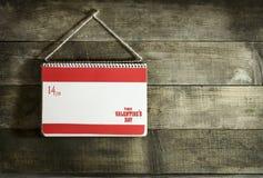 Valentinsgruß ` s Tageskarte mit Herzen eines Notizbuches und des Papiers Stockfoto
