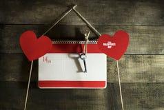 Valentinsgruß ` s Tageskarte mit Herzen eines Notizbuches und des Papiers Stockbilder