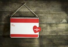 Valentinsgruß ` s Tageskarte mit Herzen eines Notizbuches und des Papiers Stockbild