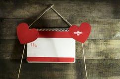 Valentinsgruß ` s Tageskarte mit Herzen eines Notizbuches und des Papiers Lizenzfreies Stockbild