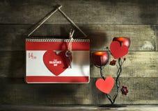 Valentinsgruß ` s Tageskarte mit Herzen eines Notizbuches und des Papiers Stockfotografie