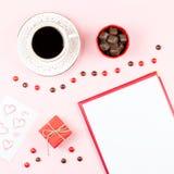 Valentinsgruß ` s Tagesspott oben mit Kaffeegetränk, giftbox, Süßigkeiten auf Pastellrosahintergrund, flache Lage Lizenzfreie Stockfotos