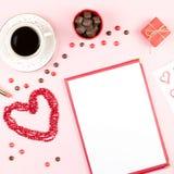 Valentinsgruß ` s Tagesspott oben mit Kaffeegetränk, giftbox, Süßigkeiten auf Pastellrosahintergrund, flache Lage Stockbild
