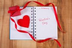 Valentinsgruß-Tag geschrieben in Notizbuch, in eingewickeltes Geschenk und in Herz, Dekoration für Valentinsgrüße Stockbilder